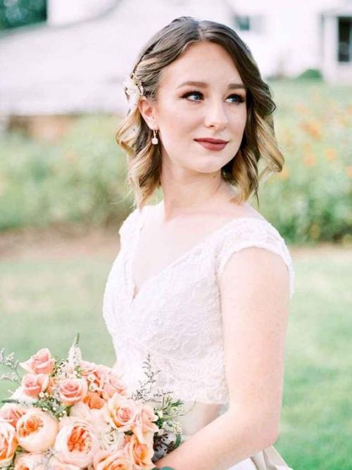 coiffure mariage cheveux courts légèrement ondulés