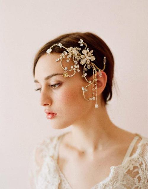 coiffure mariage cheveux courts la robe est en dentelles