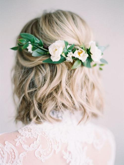 coiffure mariage cheveux courts robe en dentelles