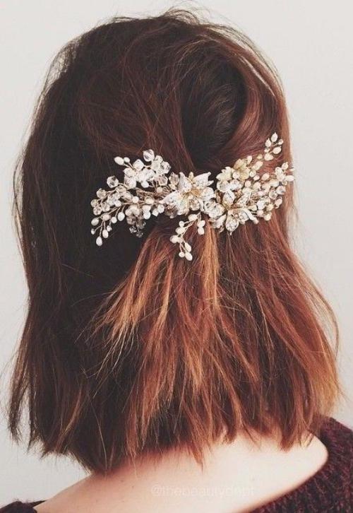 coiffure mariage cheveux courts un accessoire derrière