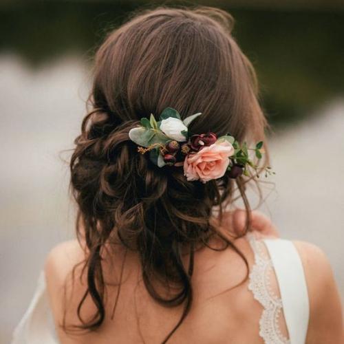 coiffure mariage cheveux mi-longs cheveux fixés sur le cou