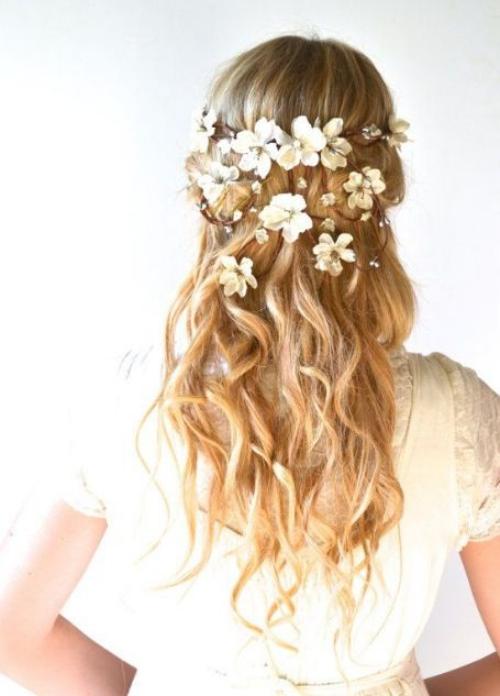 coiffure mariage cheveux mi-longs couronne de fleurs artificielles