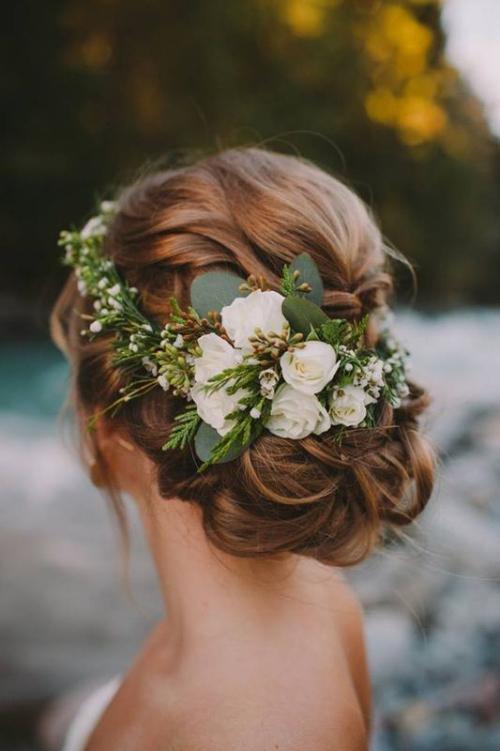 coiffure mariage cheveux mi-longs couronne de fleurs blanches