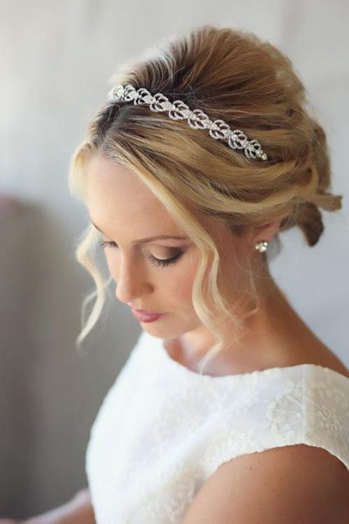 coiffure mariage cheveux mi-longs jolis bijoux
