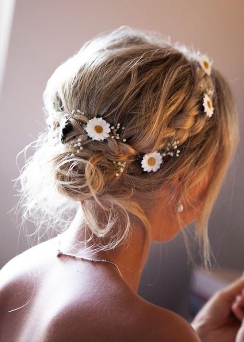 coiffure mariage cheveux mi-longs petites fleurs et des marguerites