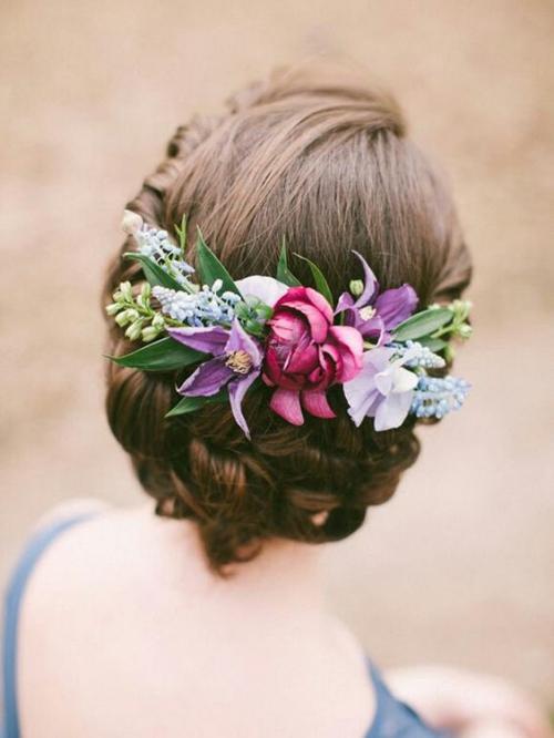 coiffure mariage cheveux mi-longs robe de mariée bleue