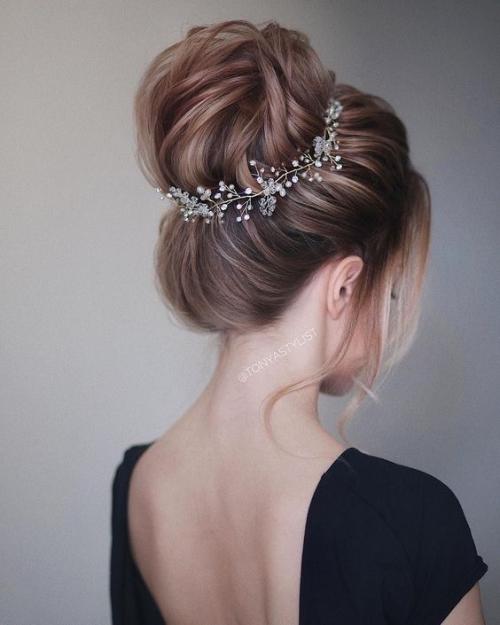 coiffure mariage cheveux mi-longs un chignon haut