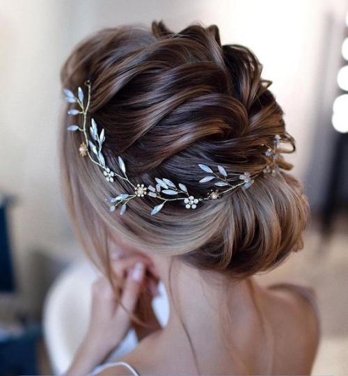 coiffure mariage cheveux mi-longs un chignon orné d'un diadème