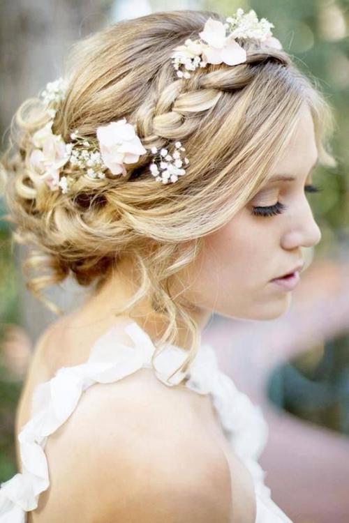 coiffure mariage cheveux mi-longs une natte épaisse entoure les cheveux