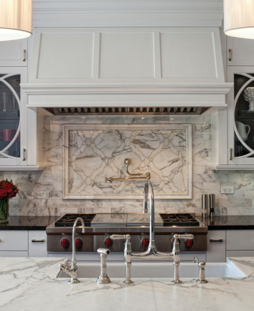 crédence marbre placards et vitrines