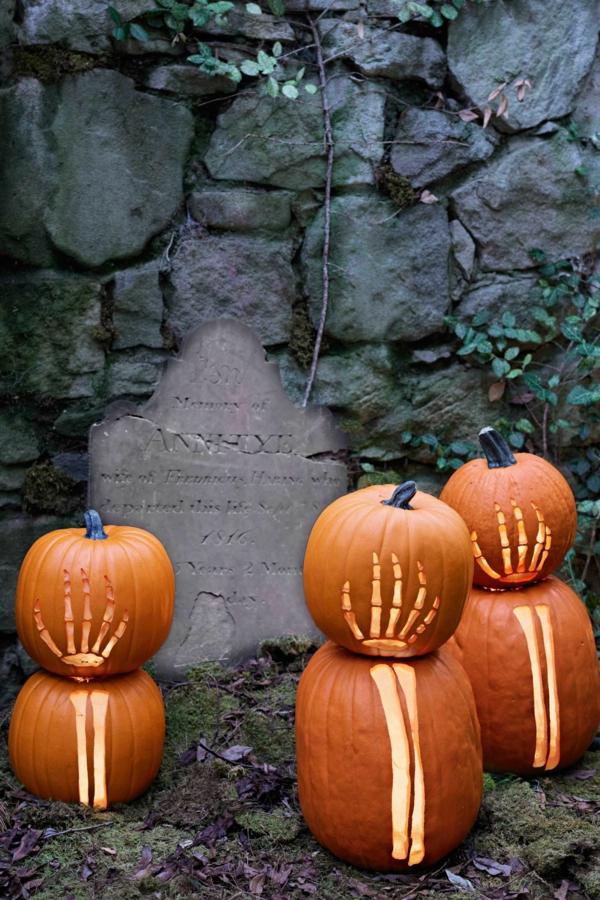 creuser une citrouille pour halloween bras de squelette