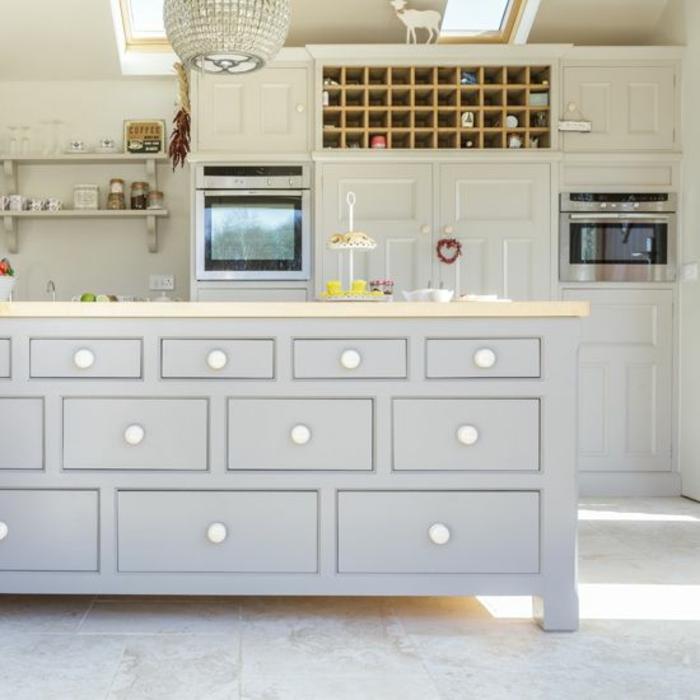 cuisine équipée avec îlot armoires blanches