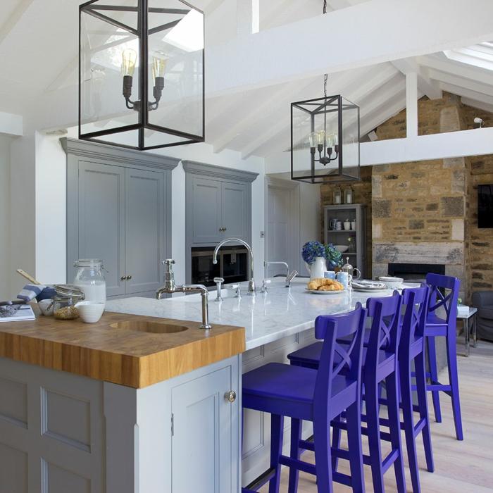 cuisine équipée avec îlot plan de travail en marbre