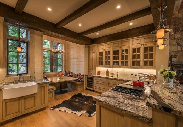 cuisine conviviale déco plafond poutre apparente bois foncé