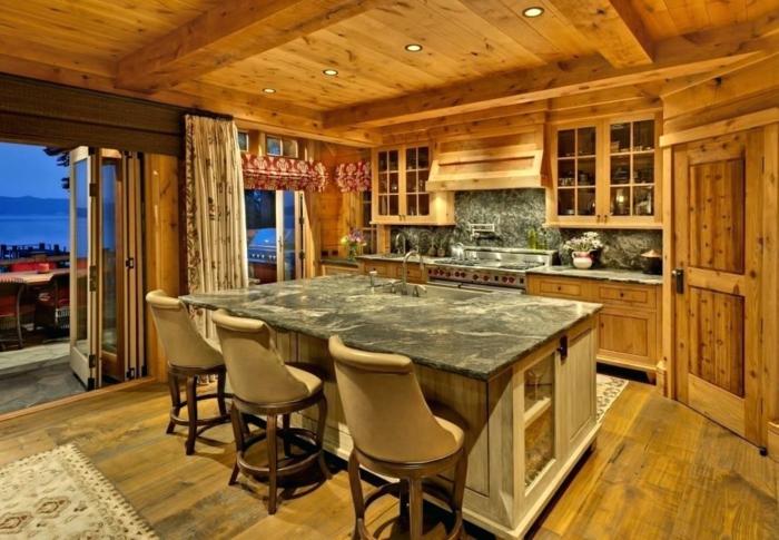 cuisine en bois plan de travail en marbre plafond poutre apparente