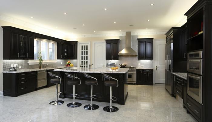 cuisine noire tabourets de bar sol marbre