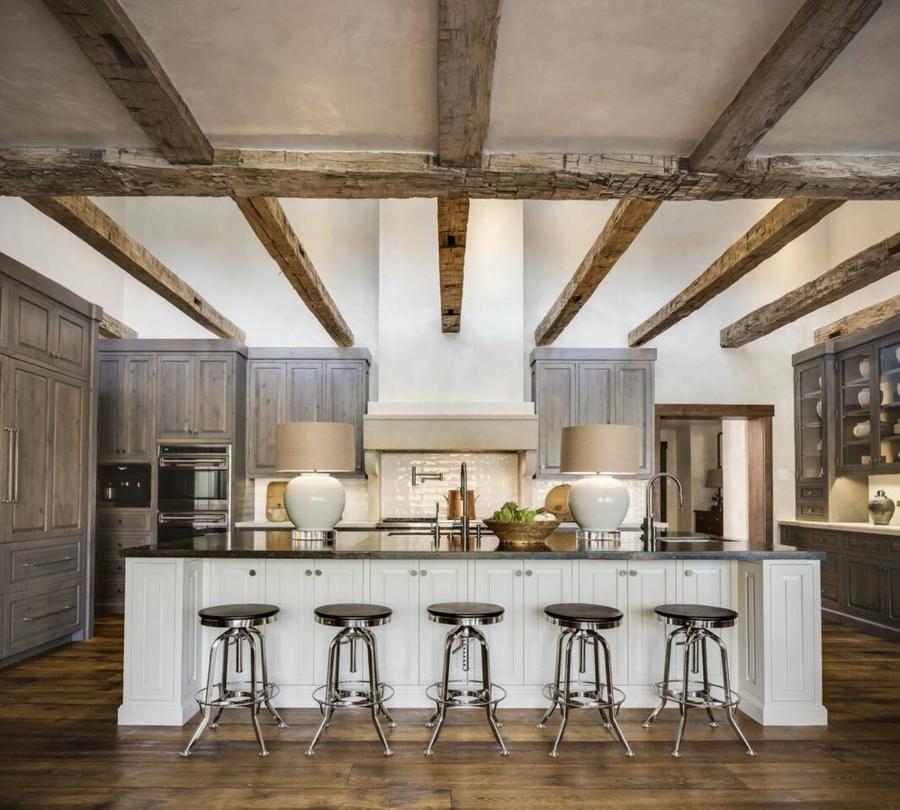 cuisine tabourets industriels plafond poutre apparente rude