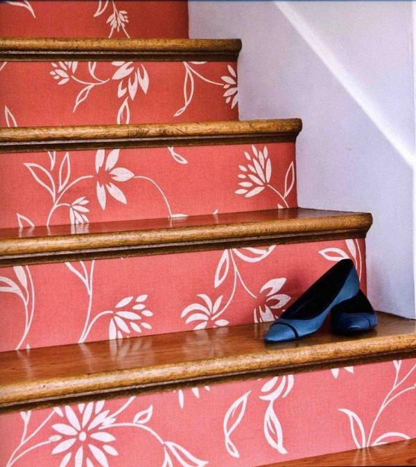 déco montée d'escalier papier peint couleur corail motifs floraux