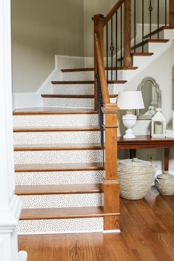 déco montée d'escalier papier peint design épuré