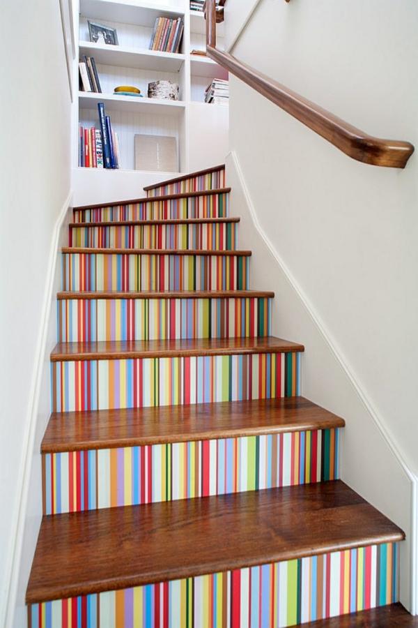déco montée d'escalier papier peint multicoloré