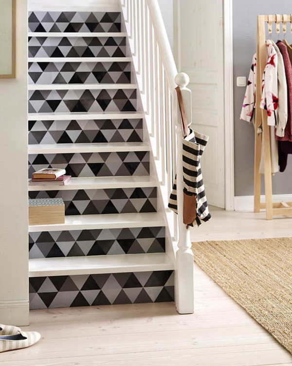 diy d co mont e d 39 escalier cr ative avec du papier peint. Black Bedroom Furniture Sets. Home Design Ideas