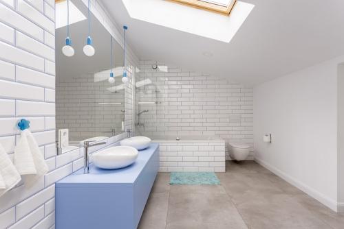 déco petit espace salle de bains sous le toit