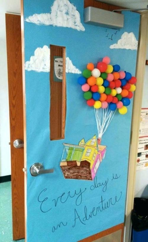 déco porte de classe beaucoup de ballons dans le ciel