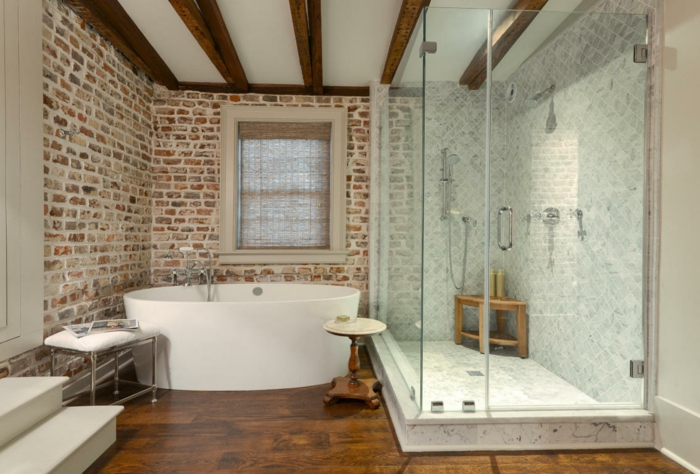déco salle de bain plafond poutre apparente en bois foncé