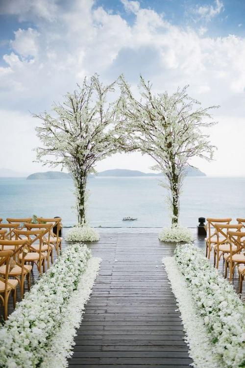 décoration mariage estrade en bois pour la cérémonie