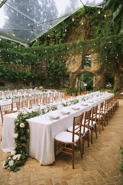 décoration mariage un auvent au-dessus des tables