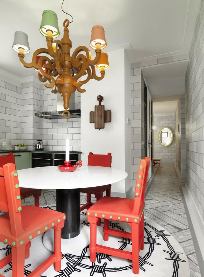 décoration tendance style maximaliste cuisine chaises rouges