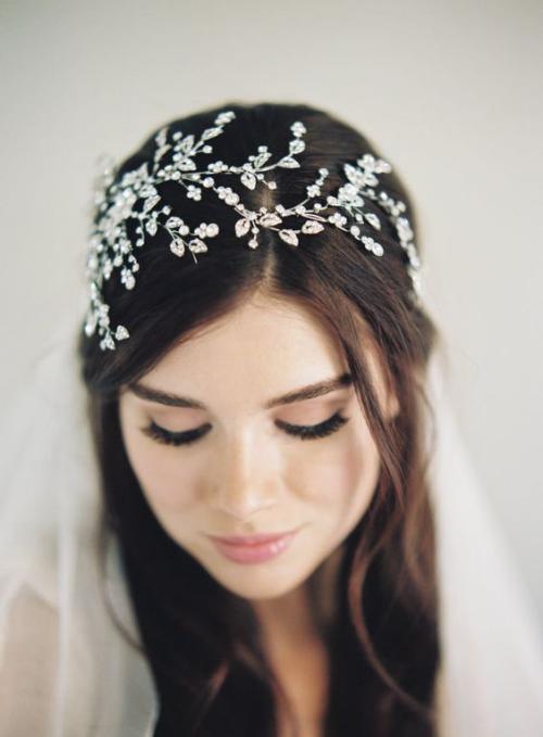 diadème mariage cheveux couverts d'une tiare