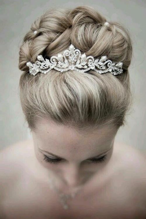 diadème mariage chignon fixé à l'aide de perles
