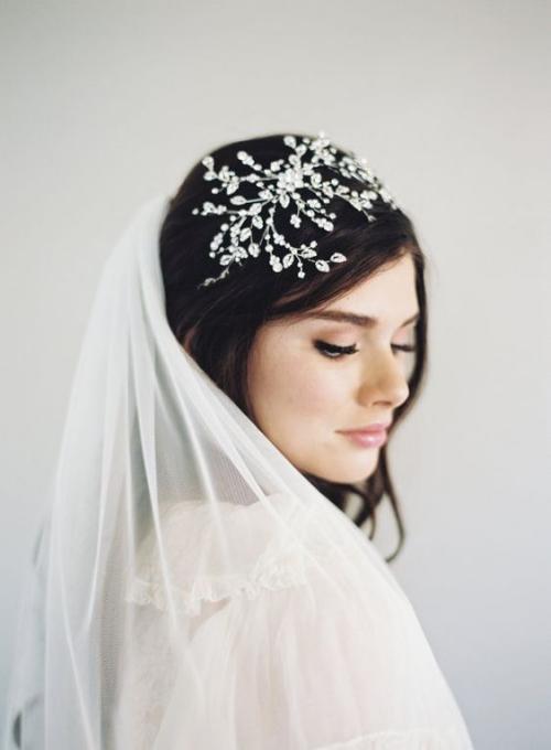 diadème mariage un voile recouvrant les cheveux longs