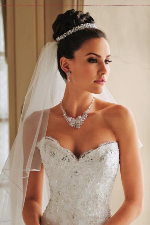 diadème mariage voile accroché sur le chignon