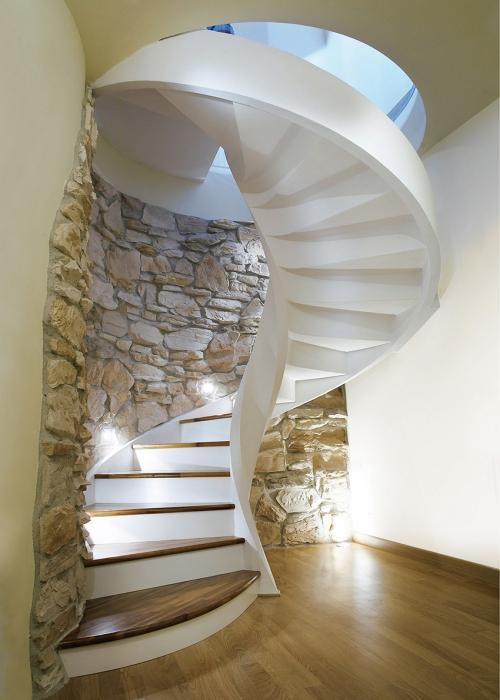 escalier hélicoïdal colimaçon en PVC et bois