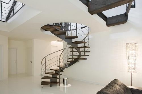 escalier hélicoïdal couleur brun