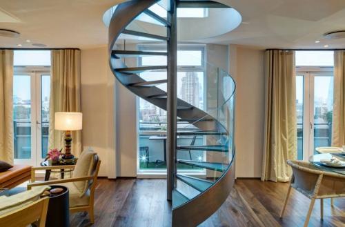escalier hélicoïdal se trouve au milieu du salon