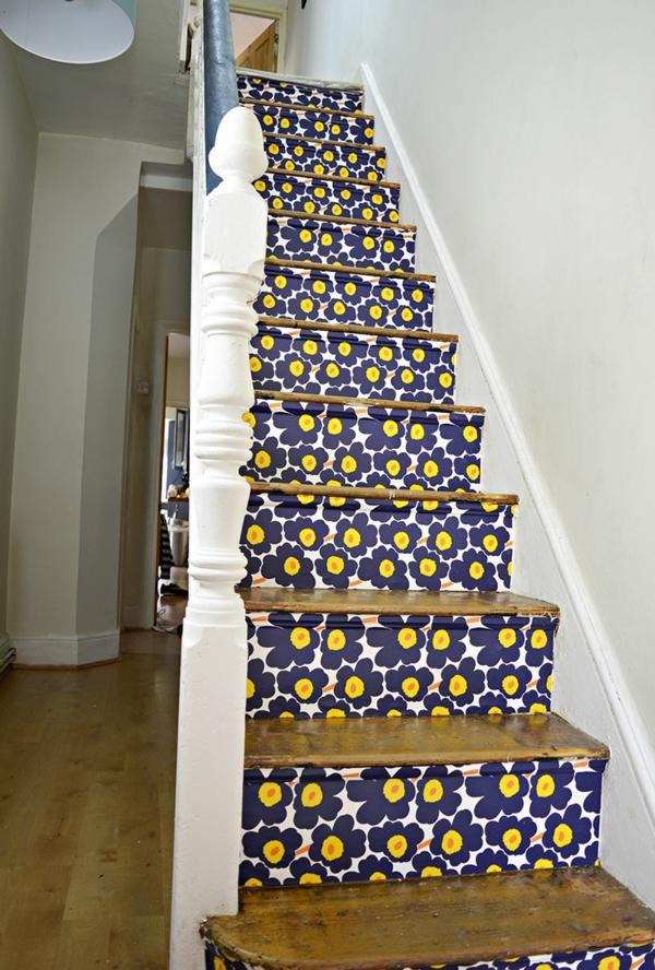 idée déco montée d'escalier papier peint motifs floraux
