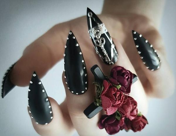 manucure halloween en noir petites perles argent