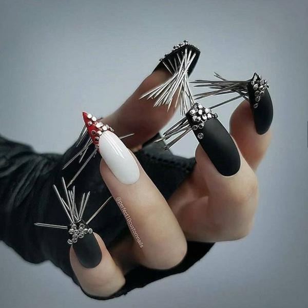 manucure halloween noir et blanc accent rouge éléments déco métalliques