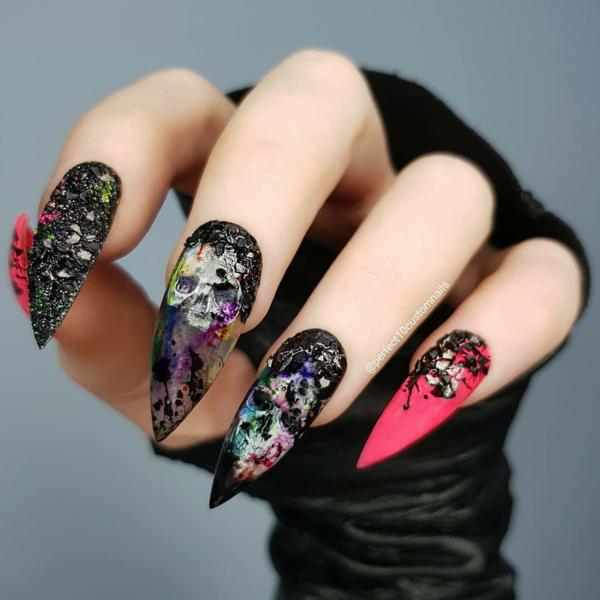 manucure halloween ongles de sorcière crânes stylisés