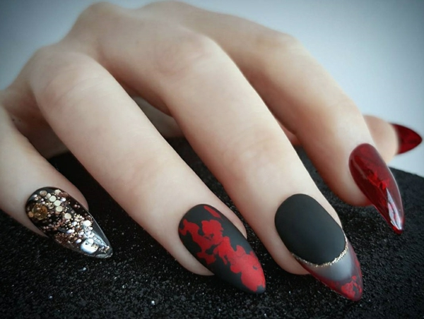 manucure halloween rouge et noir accents or