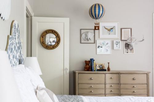 miroir Ikea chambre à coucher en tons pastel