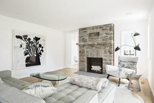 mur effet pierre salon en blanc