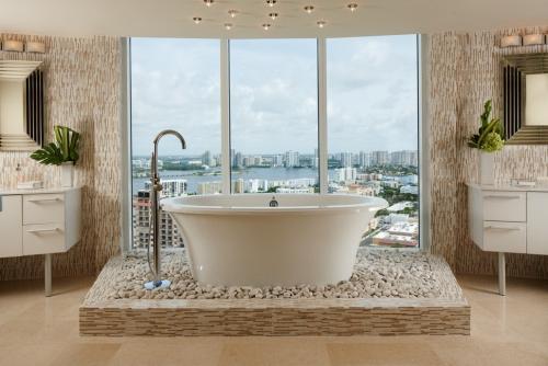 mur effet pierre une salle de bains très claire