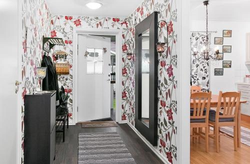 papier peint couloir motifs floraux