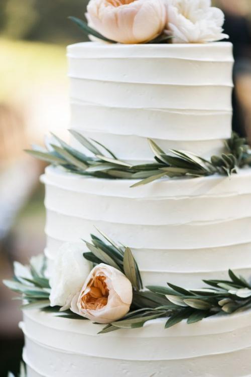 pièce montée mariage gâteau en blanc à trois niveaux