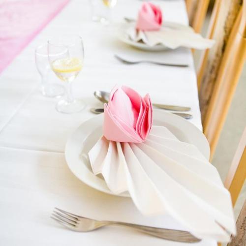 pliage serviette mariage éventail et rose