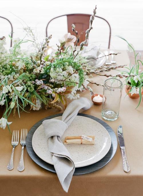 pliage serviette mariage fleurs dans un vase
